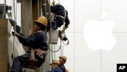 کارگران در حال شستن پنجره های يک آسمانخراش هستند. کاهش صادرات چین در ماه مارس موضوع گزارش غیر منتظره ای بود که زنگ خطر افزایش بيکاری را بصدا درآورد، درحالی که پکن تلاش می کند در اقتصاد انقباضی تعمیرات اساسی بوجود آورد. ۲۱ فروردين (۱۰ آوریل ۲۰۱۴)