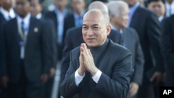 FILE: Cambodia's King Norodom Sihamoni, center, greets his government officials upon his arrival for the water festival in front of Royal Palace in Phnom Penh, Cambodia, Sunday, Nov. 13, 2016.