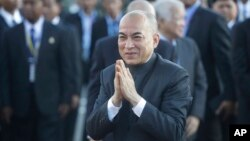 Cambodia's King Norodom Sihamoni, center, greets his government officials upon his arrival for the water festival in front of Royal Palace in Phnom Penh, Cambodia, Sunday, Nov. 13, 2016. (AP Photo/Heng Sinith)