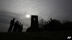 Arhiva - Počasna garda Hrvatske vojske odaje počast pored spomenika žrtava u Vukovaru ubijenih 1991.