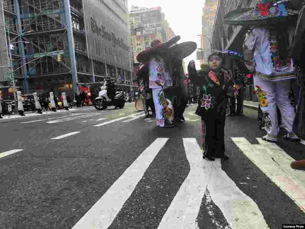 Un niño es fotografiado durante una procesión a la Virgen de Guadalupe que se inició en la iglesia de Nuestra Señora de Guadalupe ubicada en la calle 14, en Nueva York, el miércoles. Foto: Celia Mendoza- VOA