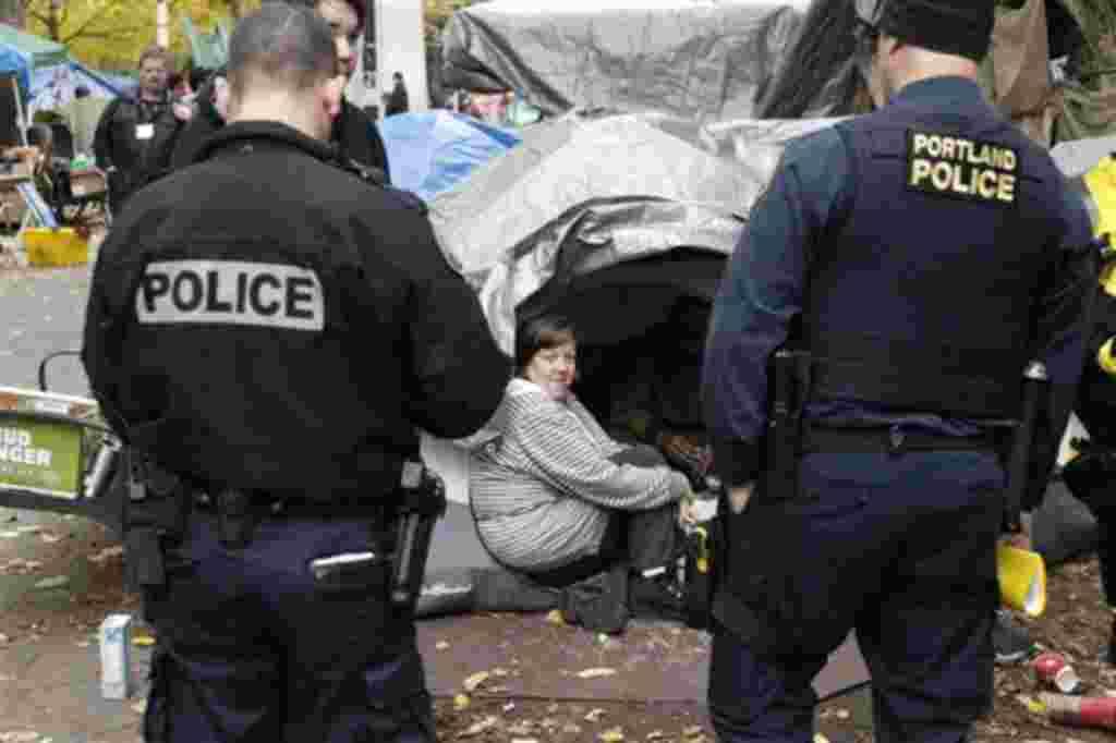 La policía de Oakland comenzó a despejar un campamento del movimiento Ocupar Wall Street, el 14 de noviembre de 2011.