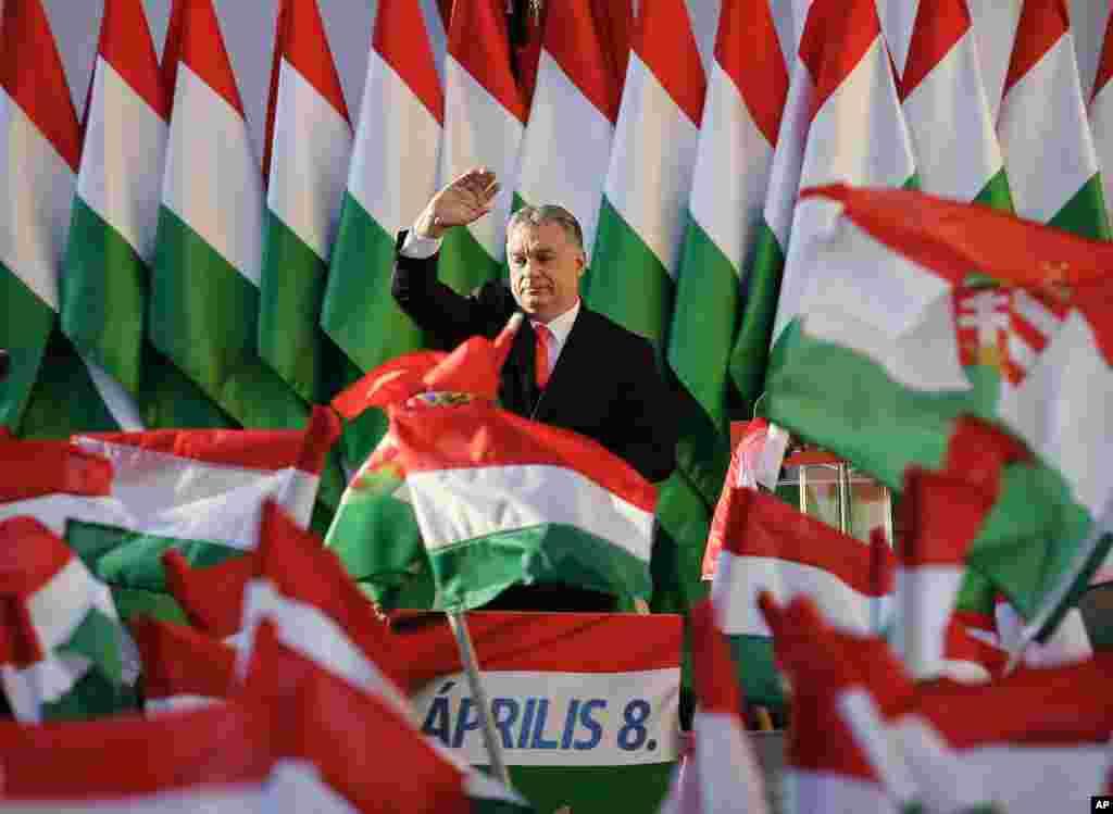 លោកViktor Orban នាយករដ្ឋមន្ត្រីហុងគ្រី លើកដៃគ្រវីក្នុងការជួបជុំឃោសនាបោះឆ្នោតថ្ងៃចុងក្រោយ របស់គណបក្សលោក គឺគណបក្សFidesz នៅទីក្រុងSzekesfehervar ប្រទេសហុងគ្រី។