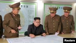 김정은 북한 국무위원장이 지난 14일 전략군사령부를 시찰하면서 김락겸 전략군사령관으로부터 '괌 포위사격' 방안에 대한 보고를 받았다고 조선중앙통신이 보도했다.