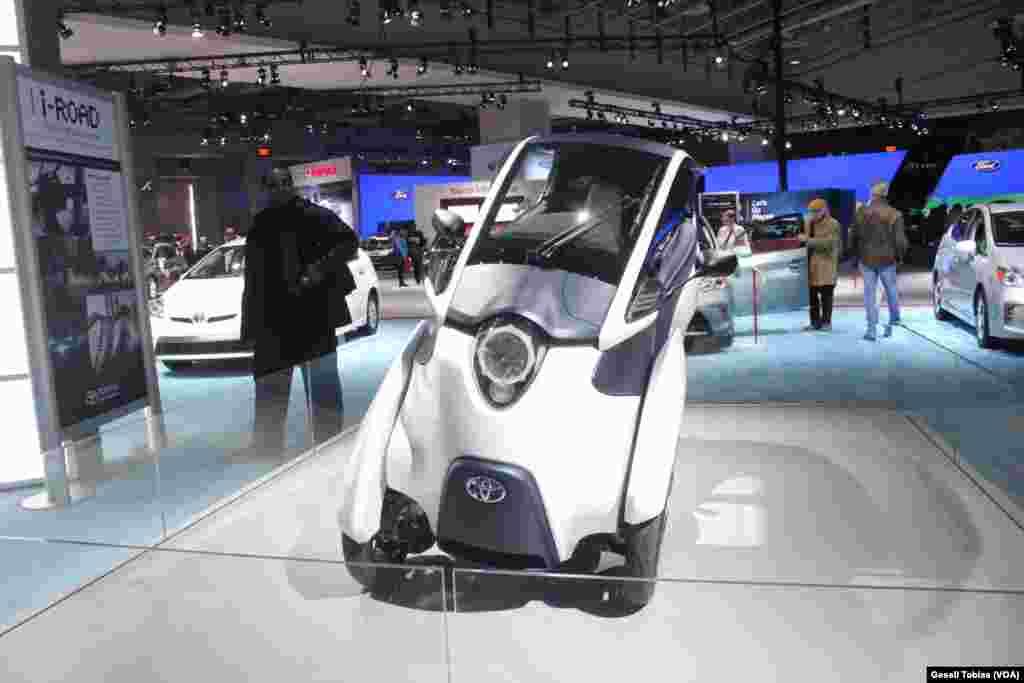 El i-Road es otra de las propuestas de Toyota para quienes se atreven a innovar. El híbrido entre automóvil y motocicleta tiene capacidad para dos personas.