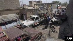 Cảnh sát và nhân viên cứu hộ Pakistan kiểm tra hiện trường sau một vụ nổ tại một trạm xe buýt ở Matani, gần thành phố Peshawar, Pakistan