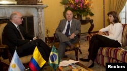 Colombia's Foreign Minister Maria Angel Holguin (R) speaks with her counterparts Argentina's Hector Timerman (L) and Brazil's Mauro Vieira during a meeting at San Carlos palace in Bogota, Sept. 4, 2015. (Handout photo)