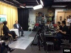 """香港媒体自由橱窗:立法会议员刘慧卿主持的""""议会内外""""节目录制现场 (美国之音记者申华拍摄)"""