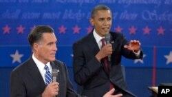 Le républicain Mitt Romney parle devant Barack Obama