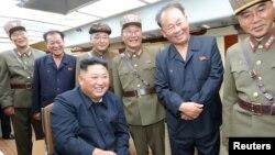 김정은 북한 국무위원장이 함경남도 함흥 단거리 발사체 장면을 지켜보는 모습을 북한 관영 '조선중앙통신'이 지난 11일 공개했다. 수행 간부들 사이에 전일호(오른쪽에서 세 번째)가 자리해 있다.