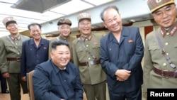 北韓官媒朝中社2019年8月11日發布北韓領導人金正恩觀看新式武器試射的照片。