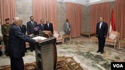 PM baru Yaman, Mohammed Salem Basindwa (kiri) diambil sumpahnya di istana Presiden di ibukota Sana'a (10/12).