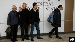Ông Benny Tai, Chan Kin-man, Chu Yiu-minh và đức Hồng y đã hồi hưu Joseph Zen đi vào trụ sở cảnh sát ở Hong Kong, 2/12/14