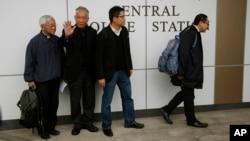 El fundador del movimiento Occupy, Benny Tai (derecha), profesor de la Universidad de Hong Kong, junto con Chan Kin-man, profesor de Sociología, y el reverendo Chu Yiu-ming, dentro de la estación de policía donde se entregaron.