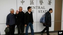 Empat pemmican protes Hong Kong memasuki cantor polisi (3/12). Dari kanan: Benny Tai Yiu-ting, Chan Kin-man, Chu Yiu-ming dan mantan Kardinal Joseph Zen.