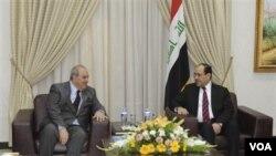 Dua pemimpin koalisi politik terbesar Irak, mantan PM Ayad Allawi dan PM Nouri al-Maliki dalam pertemuan di Baghdad, 12 Juni 2010.