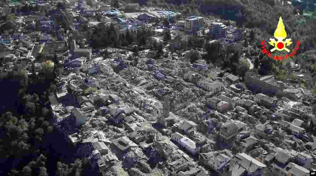 Bangunan-bangunan yang hancur di kota Amatrice akibat gempa berkekuatan 6,6 Skala Richter di Italia Tengah (30/10).