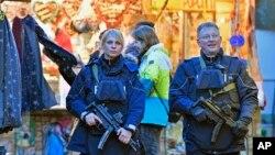 Polisi berpatroli di pasar Natal di Dortmund, Jerman (20/12). (AP/Martin Meissner)