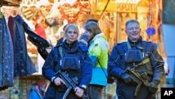 Polisi berpatroli di pasar Natal Dortmund, Jerman, 20 Desember 2016. (AP Photo/Martin Meissner)