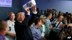 """El presidente de Estados Unidos, Donald Trump, dijo el jueves que la ayuda federal a Puerto Rico tras recientes huracanes no puede ser """"para siempre""""."""