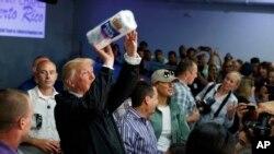 El presidente de Estados Unidos Donald Trump, entregando toallas de papel a los puertorriqueños en su visita a la isla.