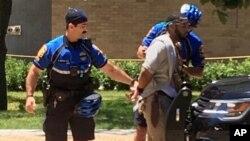 Un hombre es arrestado después de un ataque de apuñalamiento fatal en el campus de la Universidad de Texas en Austin, el lunes 1 de mayo de 2017.