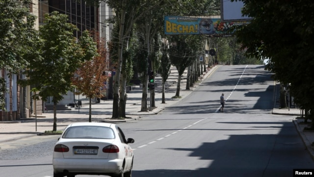 A man crosses the main street of the eastern Ukrainian city of Donetsk, July 27, 2014.