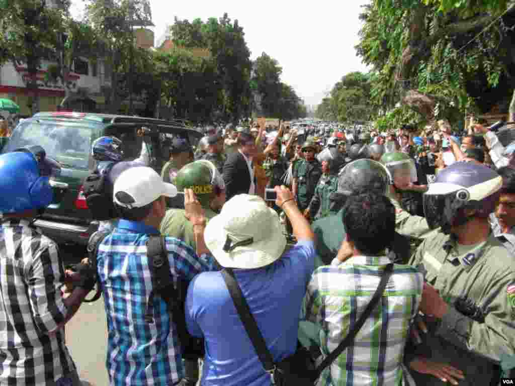 Police stop an SUV carrying MP-elect Mu Sochua and other opposition lawmakers when they try to leave the rally site, Phnom Penh, Cambodia, July 15, 2014. (Khoun Theara/VOA)