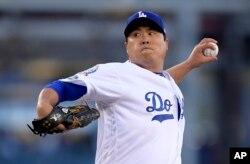 지난 10월 로스엔젤레스 다저스의 류현진 선수가 로스엔젤레스 선트러스트 파크에서 열린 애틀랜타와의 내셔널리그 디비전시리즈에서 투구하고 있다.