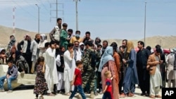 کابل ایئرپورٹ کے ذریعے تقریباً سوا لاکھ لوگوں کو ملک سے باہر نکالا گیا۔ لیکن بہت سے لوگ ملک چھوڑنے سے رہ گئے۔ ان میں امریکہ لاٹری ویزہ جیتنے والے سینکڑوں افغان شہری بھی شامل ہیں۔ 17 اگست 2021