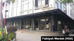 Polisi telah memasang garis kuning di sekitar butik milik Anniesa Hasibuan di Jl, Bangka Raya No.20, Jakarta Selatan, tak lama setelah pemilik First Travel itu ditangkap polisi 9 Agustus lalu. (Foto: VOA/Fathiyah Wardah)