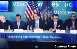 Shamsi Ali (kedua dari kiri) di sebelah Gubernur New York Andrew Cuomo dalam salah satu kegiatan tokoh agama dan pemerintah. (foto: courtesy)
