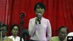 Aung San Suu Kyi menggelar jumpa pers di kediamannya di Rangun (Yangon) Burma (30/3).