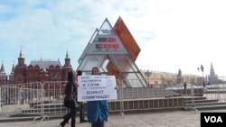 离索契奥运会还剩下349天。叶卡捷琳娜手举标语呼吁抵制这次奥运会。(美国之音白桦拍摄)