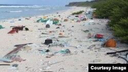 호주의 태즈메이니아 대학 연구팀은 태평양 중앙에 위치한 헨더슨 섬에 약 3천800만 개의 플라스틱 쓰레기 조각들이 널려 있다고 밝혔다.