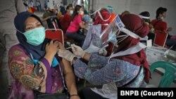 Sekitar 3.500 pekerja dan warga di Kawasan Berikat Nusantara di Cakung, Jakarta, divaksinasi tanggal 1 Juli lalu ketika pemerintah menggiatkan vaksinasi warga. (Courtesy: BNPB)