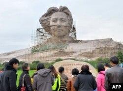 游客在长沙参观正在建造的青年毛泽东塑像(2013年11月26日)