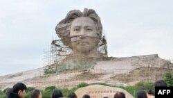 毛泽东的家乡湖南省为纪念毛泽东诞辰120周年正在修建的毛泽东雕像。