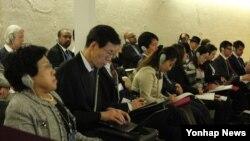 한국의 인권단체 대표들이 17일 유엔 인권위에서 북한인권조사위원회가 최종 보고서를 보고하는 과정을 참관하고 있다.