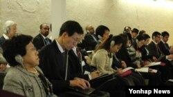 한국의 인권단체 대표들이 지난 17일 유엔 인권위에서 북한인권조사위원회가 최종 보고서를 보고하는 과정을 참관하고 있다. (자료사진)
