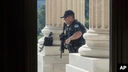 Полицейский у здания Капитолия в Вашингтоне, 14 июня 2017