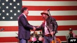 کید راک در جریان کمپین انتخاباتی ۲۰۱۲ در میان هواداران میت رامنی نامزد حزب جمهوریخواه گیتار نواخت و خواند. میشیگان، فوریه ۲۰۱۲