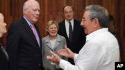 ພາບທີ່ນໍາອອກເຜີຍແຜ່ໂດຍໜັງສືພິມທາງການຄິວບາ Granma ສະແດງໃຫ້ເຫັນພາບຂອງທ່ານ Raul Castro (ຂວາ) ປະທານາທິບໍດີຄິວບາ ກ່າວຕໍ່ທ່ານ Patrick Leahy (ຊ້າຍ) ສະມາຊິກສະພາສູງຈາກລັດ Vermont ແລະຄະນະຂອງທ່ານ ໃນນະຄອນຫລວງຮາວານາຂອງຄິວບາ ໃນວັນທີ 23 ກຸມພາ 2012.