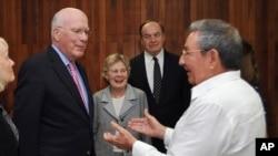 古巴主席勞爾‧卡斯特羅(右)2012年2月23日在哈瓦那會晤美國參議員利希(左)