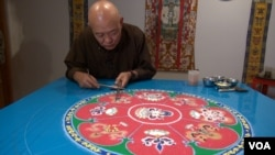 Mandala artist Losang Samten is creates the Mandala of Compassion in the gallery of the Philadelphia Folklore Project. (VOA/ J. Soh)
