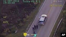 Los videos —uno tomada desde un automóvil de la policía y otro desde un helicóptero— muestran al hombre con las manos en alto.