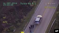Cette image prise le 16 septembre 2016 d'une vidéo de la police montre Terence Crutcher poursuivit par des officiers de police à Tulsa, Oklahoma.