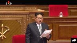 김정은 북한 국방위원회 제1위원장이 6일 평양 4·25문화회관에서 개막한 제7차 당 대회에서 개회사를 하고 있다.