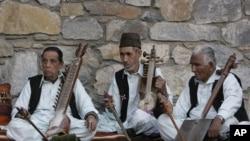 هنرمندان افغان حین اجرای برنامه موسیقی