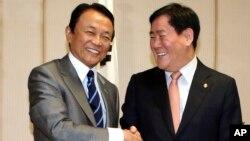 아소 다로 일본 재무상과(좌) 한국의 최경환 기획재정부 장관이(우) 23일 도쿄에서 회담을 가졌다